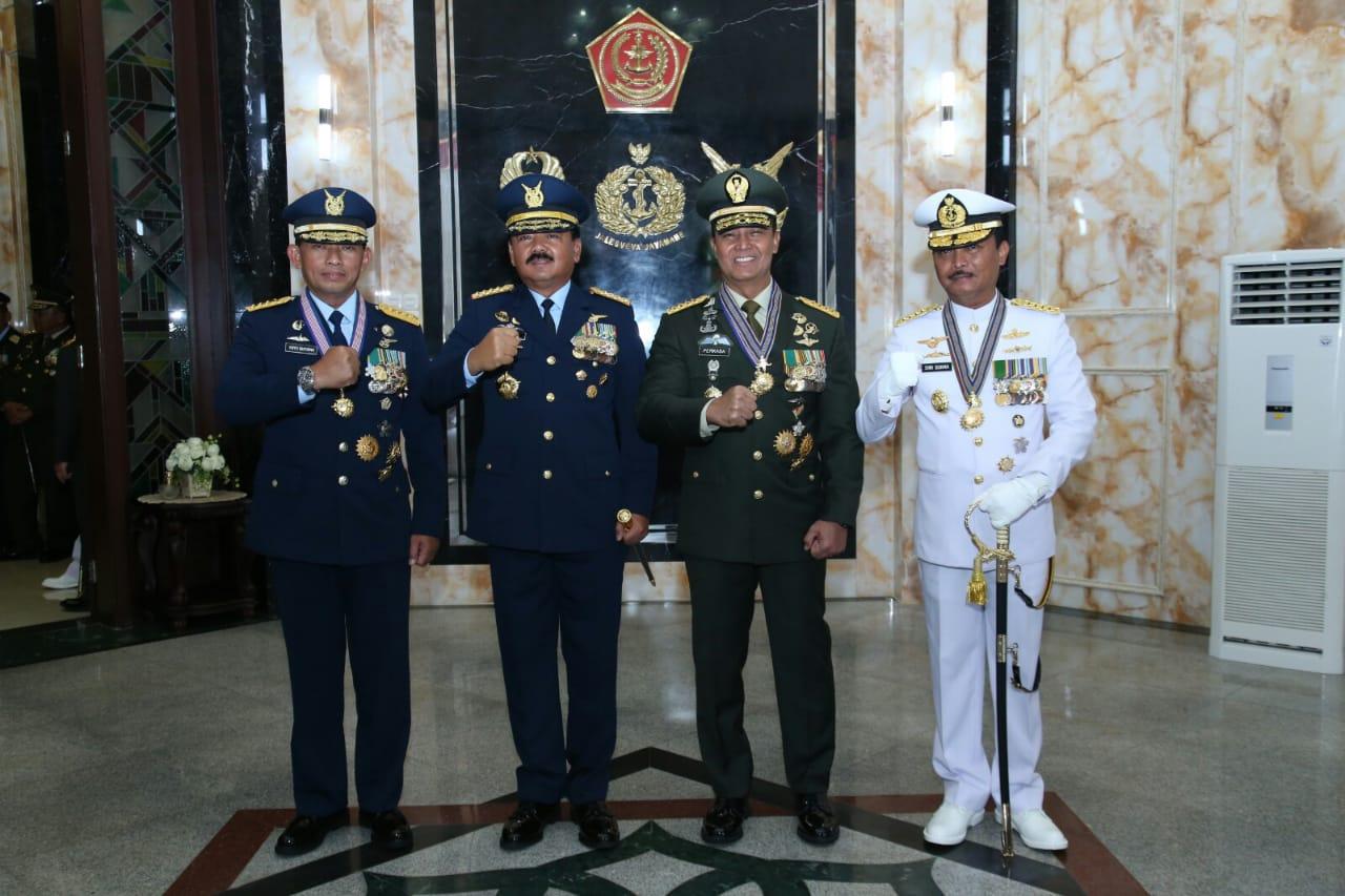 Panglima TNI Sematkan Bintang Utama Tiga Kepala Staf Angkatan