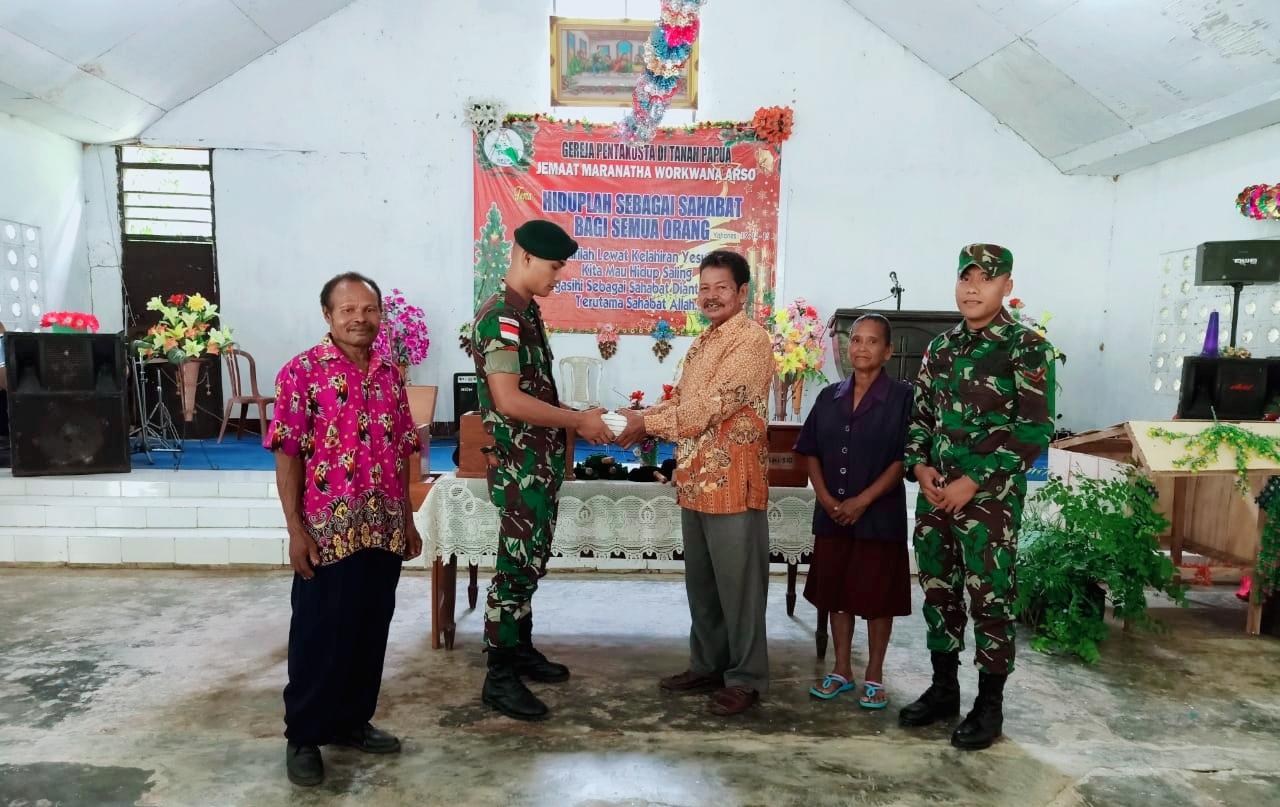 Satgas Raider 300 Memberikan Alkitab Kepada Jemaat Maranatha Di Gereja Pentakosta