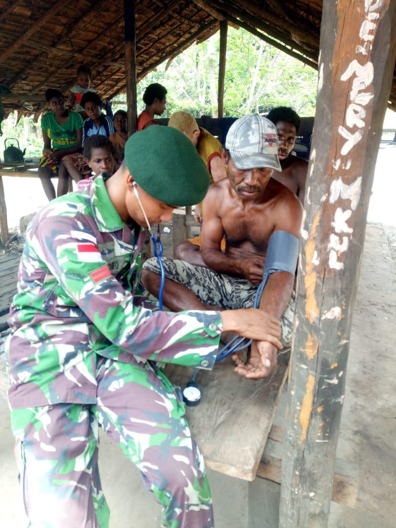 Peduli Kesehatan Warga Perbatasan, Satgas Yonif MR 411/PDW Kostrad Berikan Layanan Pengobatan Keliling