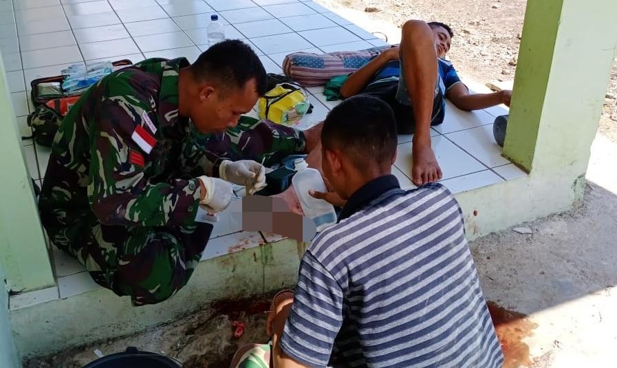 Naas Tersabet Kampak, Silfester Nanis Ditolong Satgas Yonif 132