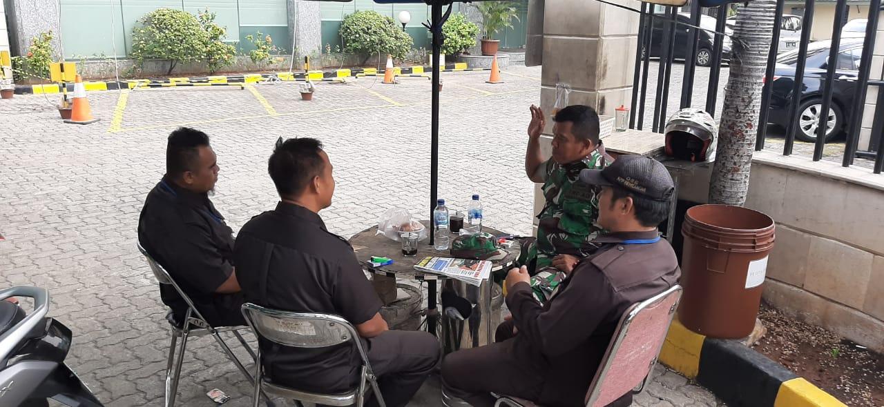 Ciptakan Keamanan, Babinsa Koramil 05/KJ Komsos Dengan Security JPO Kantor Pajak