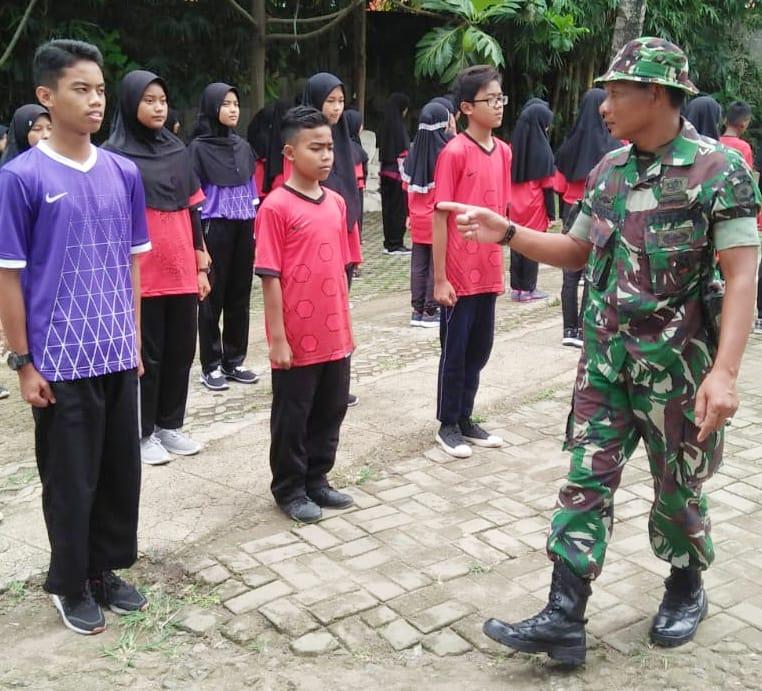 Babinsa Koramil 14/Panongan Latih Kepemimpinan SMPN 1 Panongan