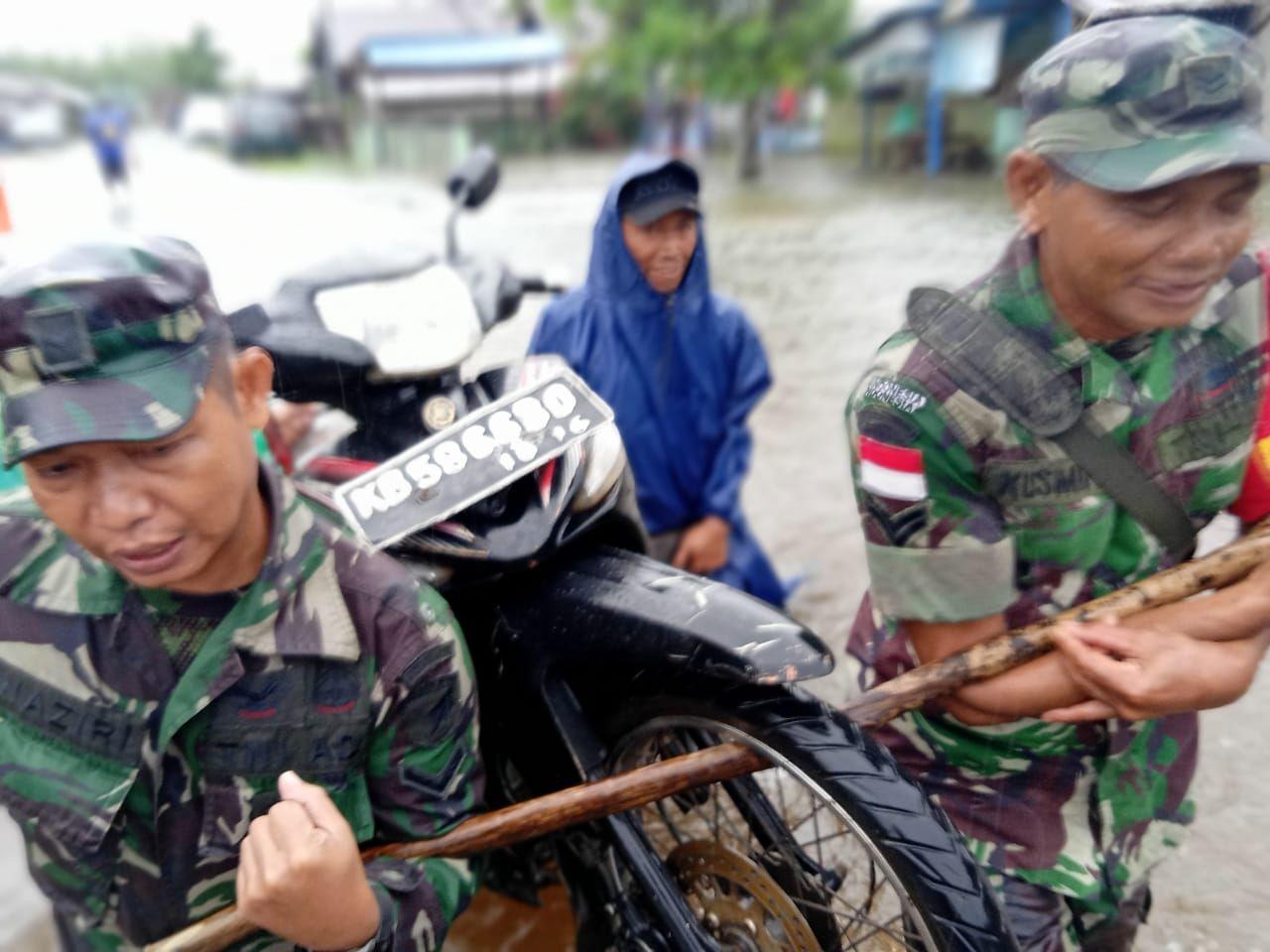 Cepat Tanggap Anggota Koramil Paloh Bantu Warga Dampak Banjir