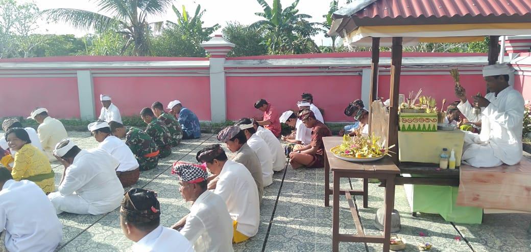 Di Tempat Tugas Satgas Raider 300 Melaksanakan Kegiatan Ibadah Hari Raya Saraswati