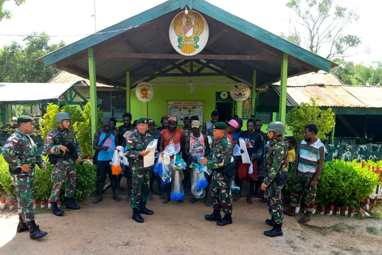 Satgas Yonif MR 411/PDW Kostrad Serahkan Bantuan Jala Ikan Untuk Warga Erambu