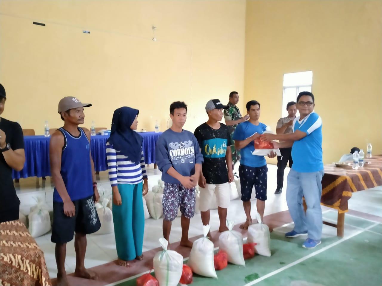 Sambas Beri Bantuan Kepada Warga Terdampak Banjir di Desa Bukit Sigoler