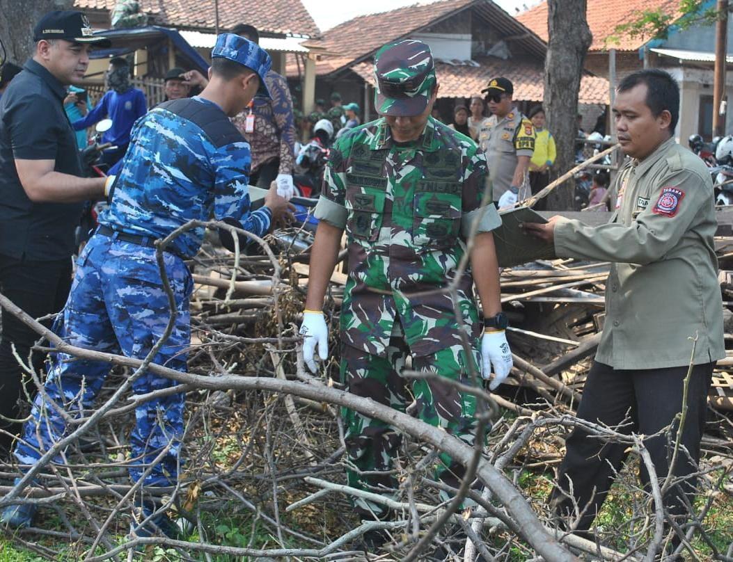 Dandim 0510/Trs Bersama Tiga Pilar Bantu Korban Puting Beliung Di Mauk