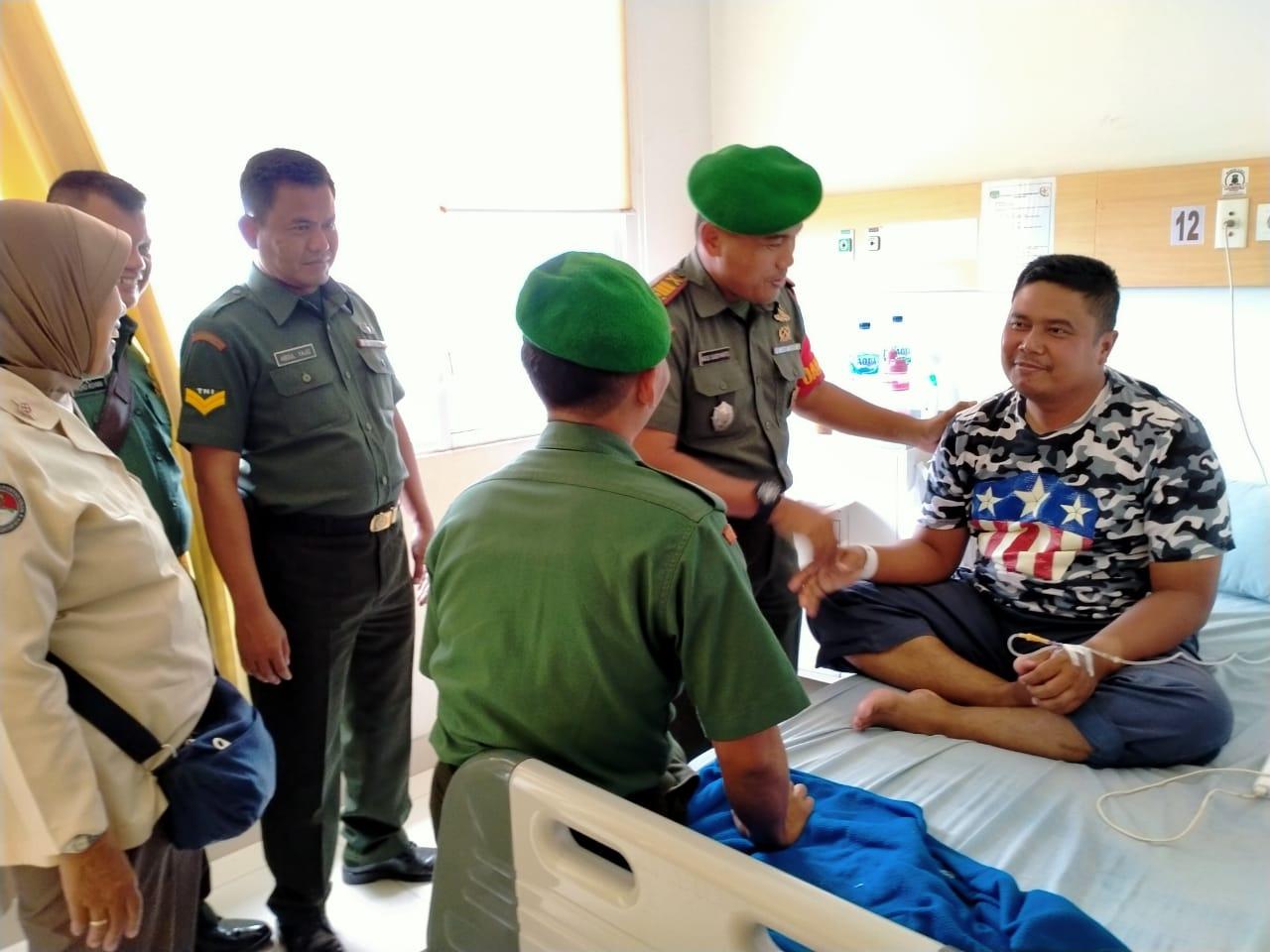 Dorong Moril Prajurit, Danramil 03/Teluk pucung Besuk Anggotanya yang sakit