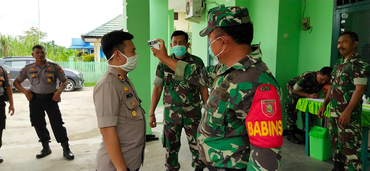 Koramil 0906-06 dan Kapolsek Samboja Melaksanakan Pencegahan Penyebaran COVID-19