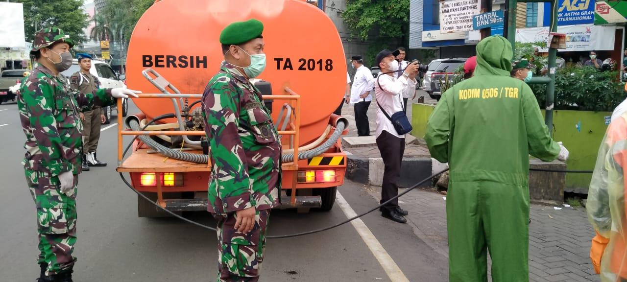 Kodim 0506/Tgr Semprot Jl. Daan Mogot Dengan Disinfektan Untuk Cegah Covid-19 di Kota Tangerang