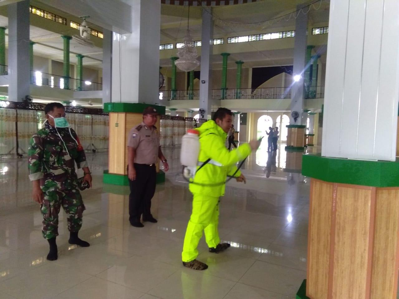 TNI-Polri dan Stake Holder HST Melaksanakan Penyemprotan Disifektan