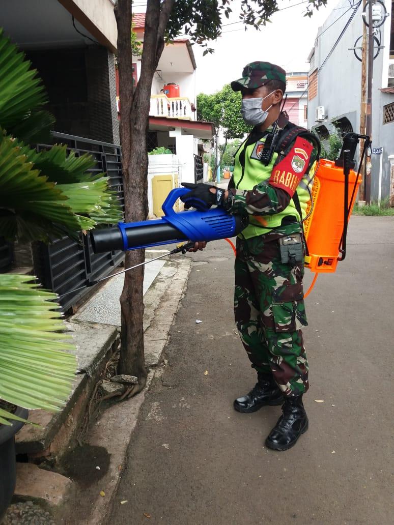 Babinsa kel. Kota Baru Laksanakan Fogging dan Semprot: Disinfektan