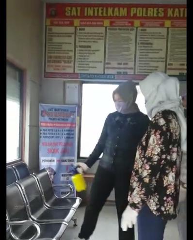 Gotong Royong Pimpin Bersih-Bersih Ruangan Pelayanan SKCK Polres Katingan