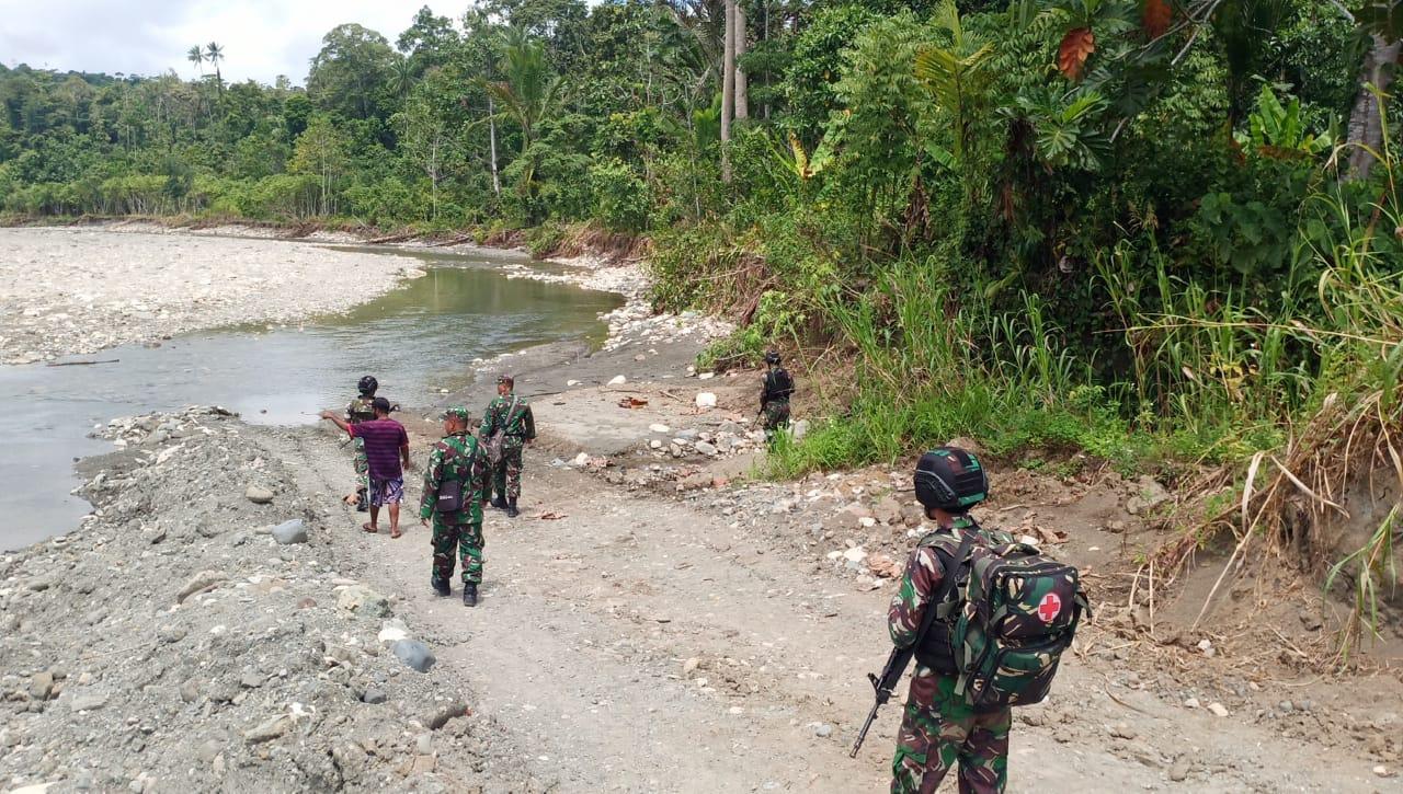 Satgas Raider 300 Melaksanakan Patroli Kampung