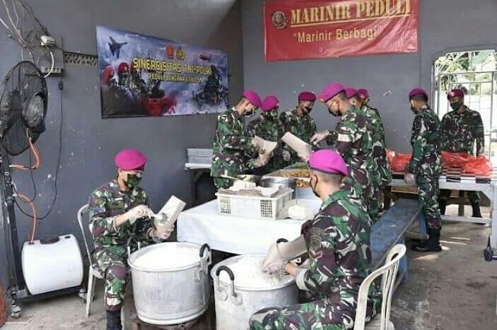 TNI-Polri Bantu Warga Terkena Dampak Covid-19