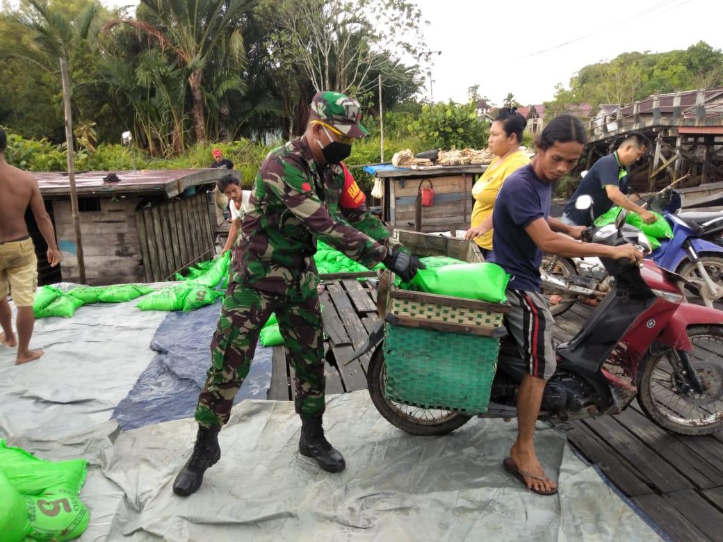 Babinsa Koramil 1207-06/Sui Ambawang Kawal Salurkan Bantuan Beras Pemerintah