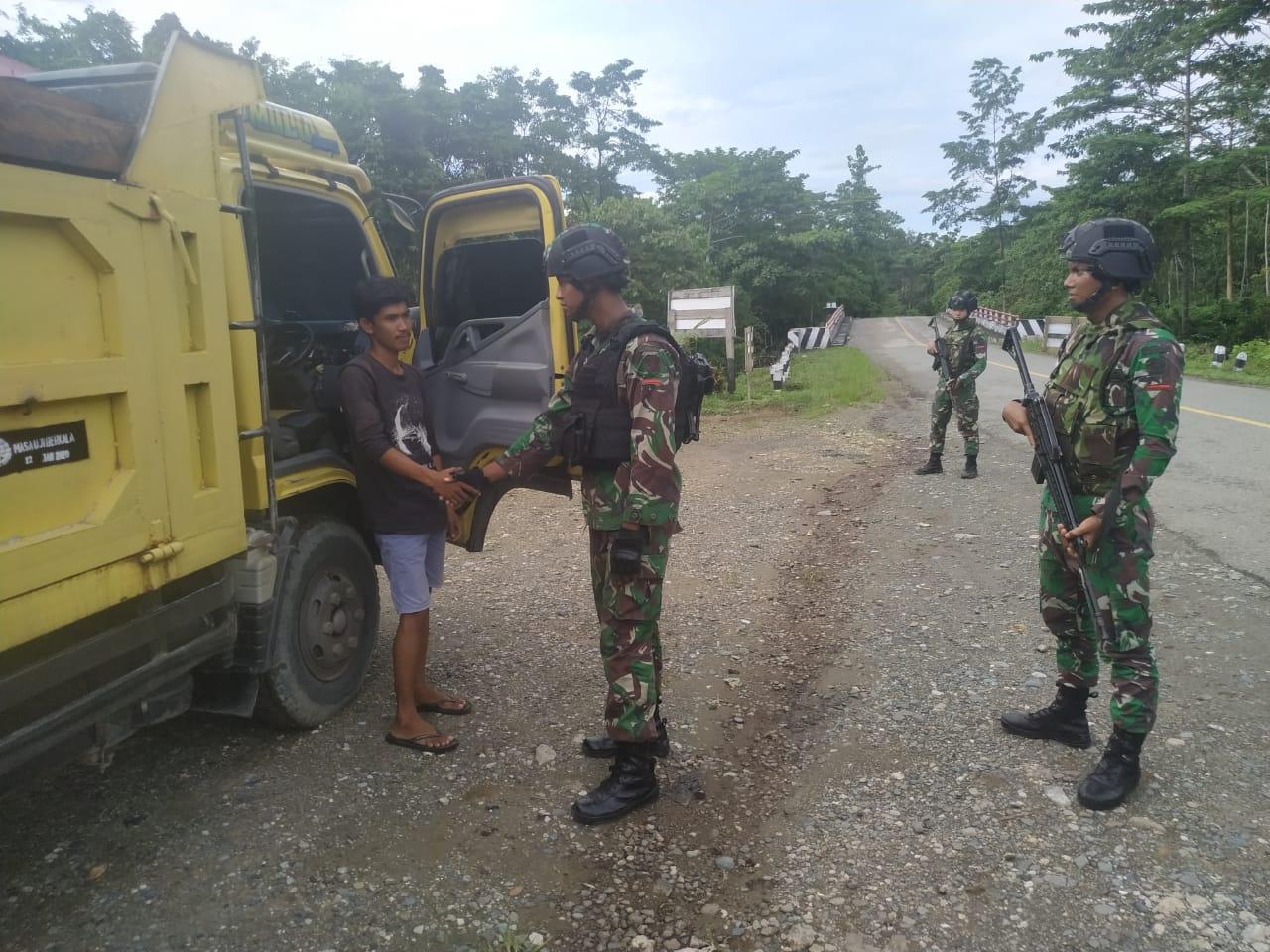 Satgas Raider 300 Laksanakan Pemeriksaan Kendaraan Untuk Cegah Barang-Barang Terlarang