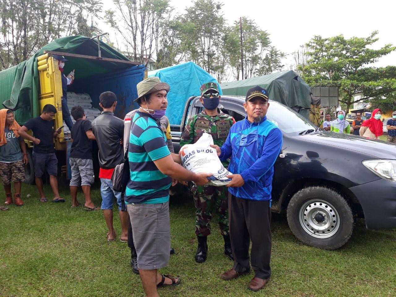Bantuan Beras ke Desa-desa di Hulu Gurung Dikawal Babinsa