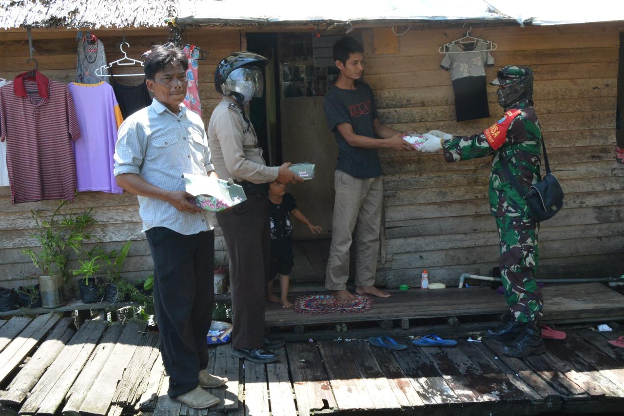 TNI – Polri Kembali Bagikan Nasi Kotak
