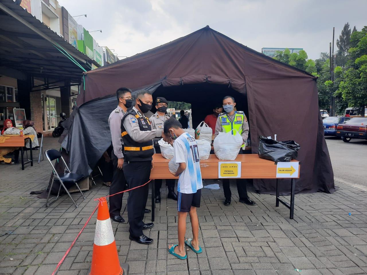 Polrestabes Bandung Mengadakan Bakti Sosial Dapur Umum Di Wilayah Hukum Polsek Antapani