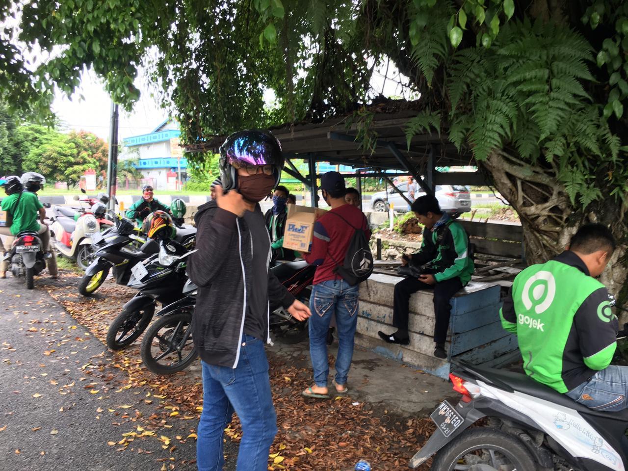 Peduli Covid – 19, BEM FEB UPR Berbagi Kepada Masyarakat Kota Palangka Raya