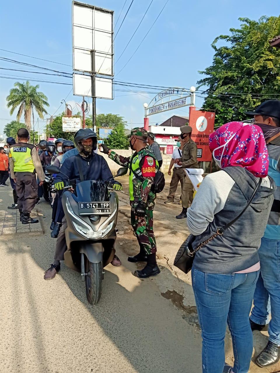 Pemantauan PSBB Bersama 3 Pilar Di Perbatasan Pondok Gede Dan Jakarta Timur Oleh Babinsa Koramil 02/Pondok Gede