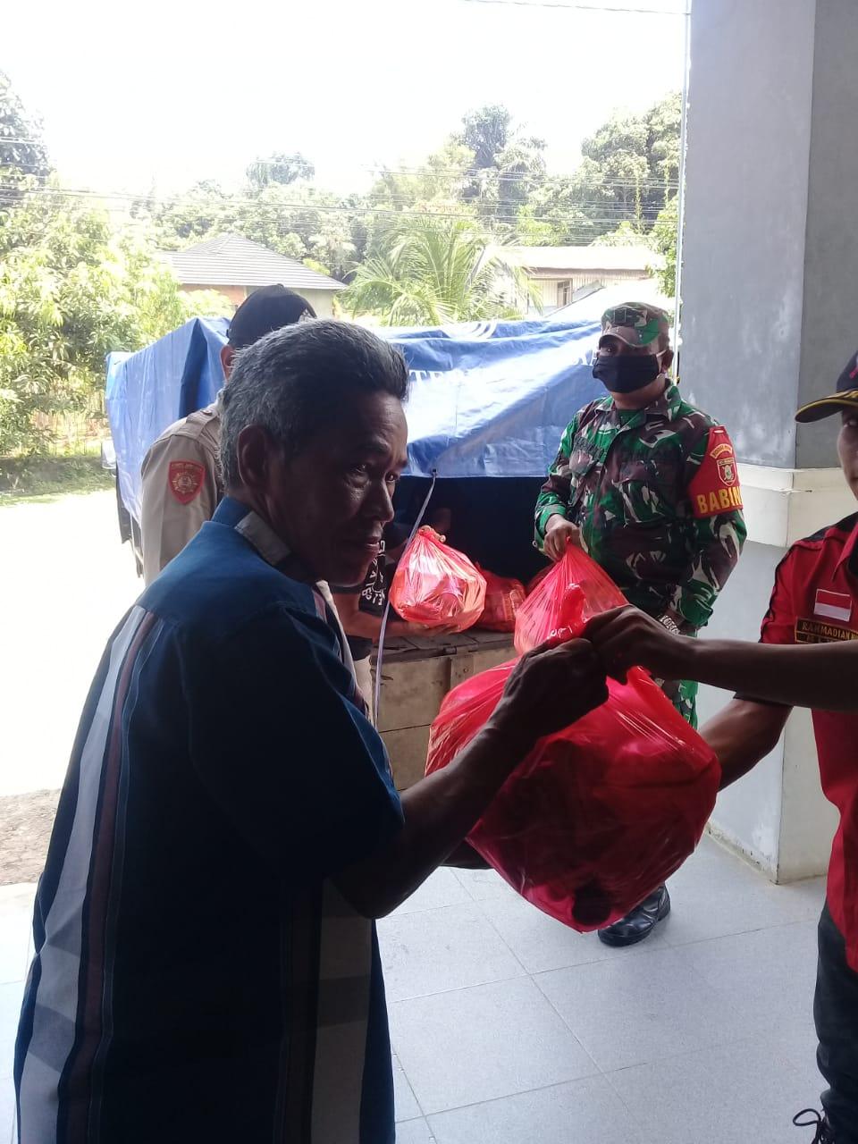 Pembagian Sembako Untuk Warga Mendapatkan Kawalan Dari Babinsa Dan Bhabinkamtibmas Kelurahan Sukarame Kec Tenggarong