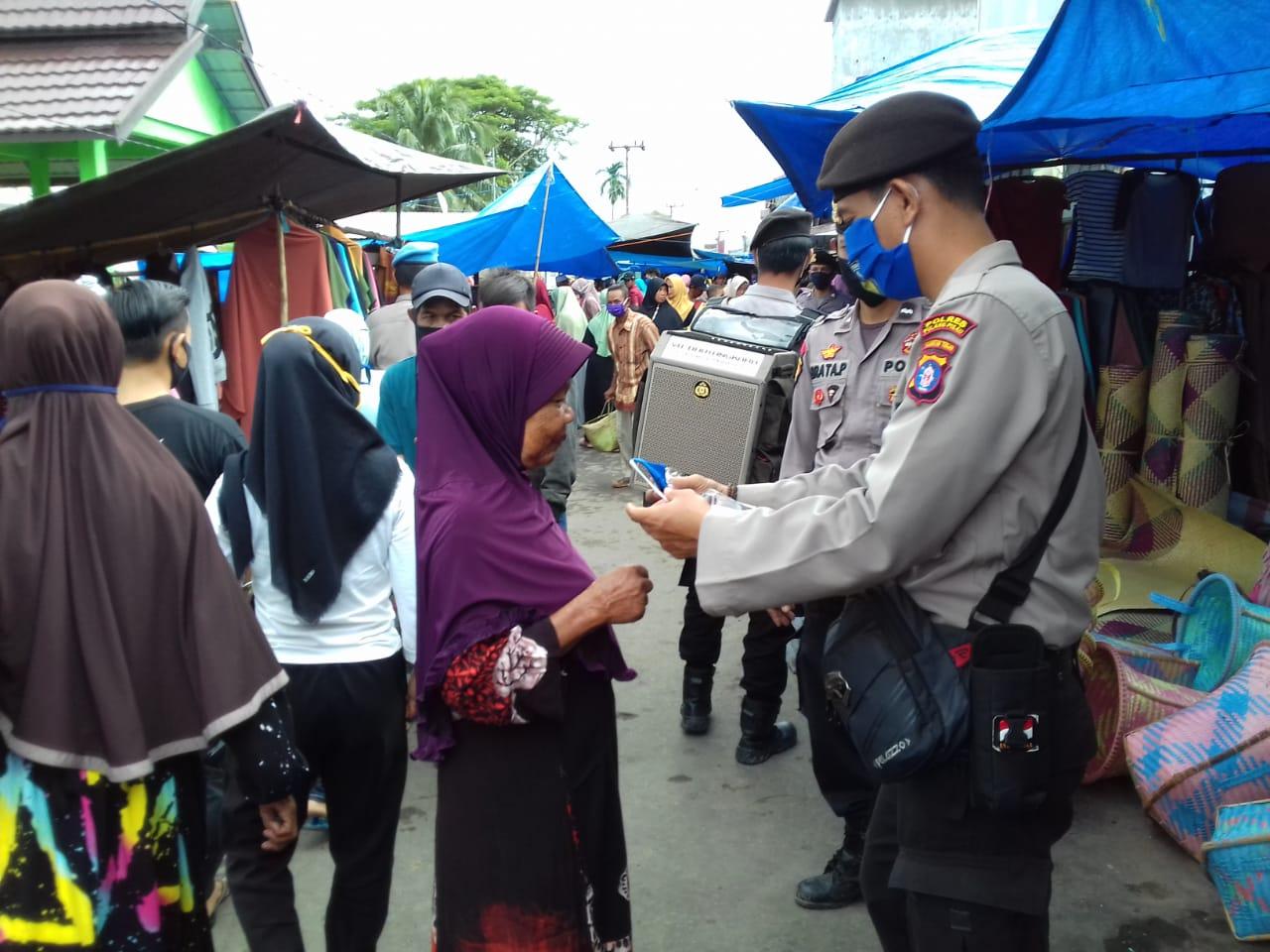 Pasar Mingguan Kelurahan Bahaur Basantan Dikunjungi Polsek KahKul Bagi Masker