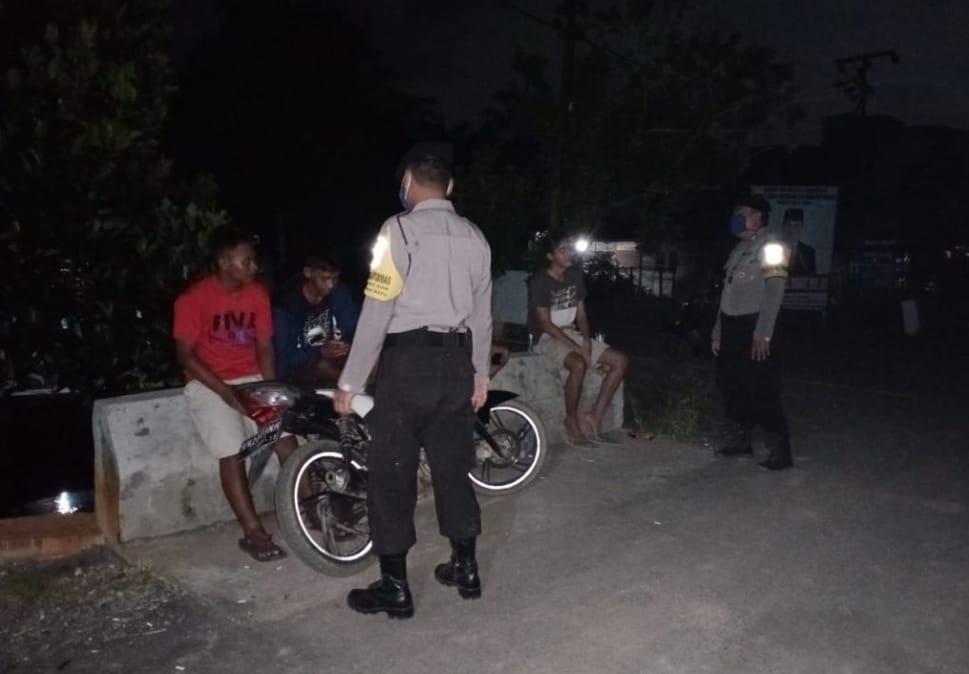 Patroli Malam Personil Polsek Pandih Batu Sambangi Warga.