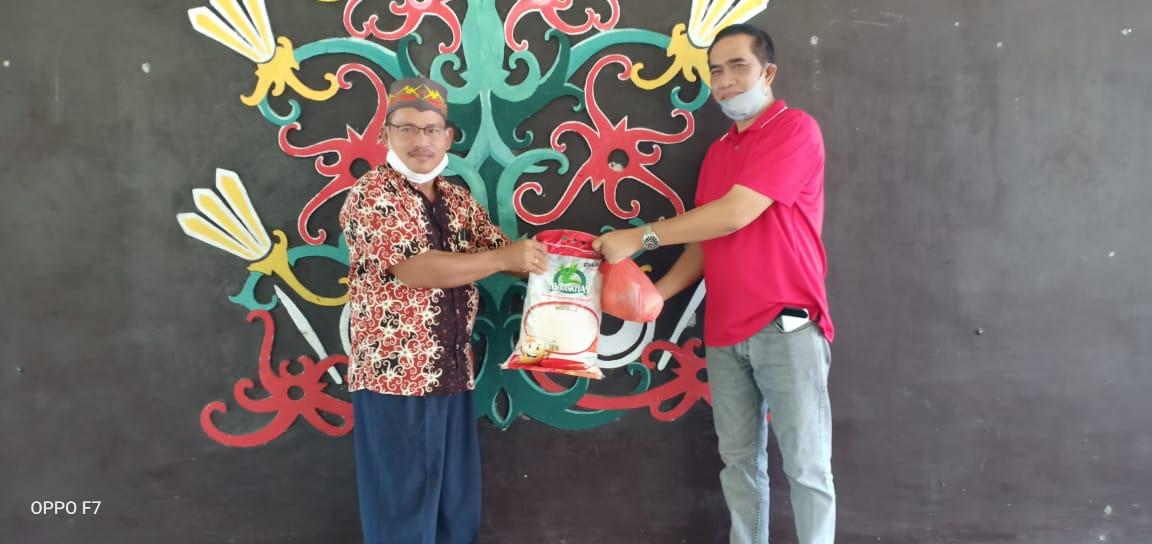 Ketus DPW IPJI Kalteng, Terima Sembako Dari Ketua Harian DAD Kalteng.