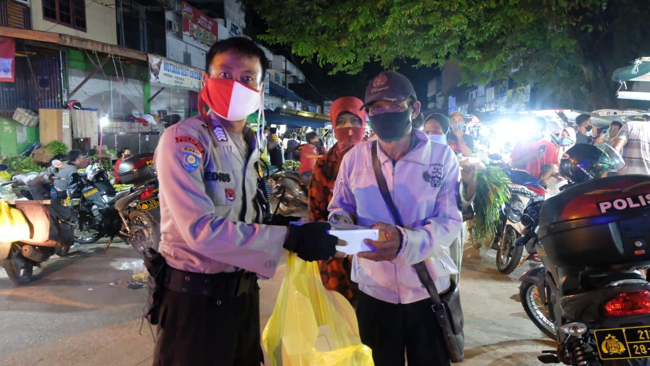 Peduli Pedagang Kecil, Polda Kalteng Bersama Korem Bagikan 500 Kotak Makanan Sahur