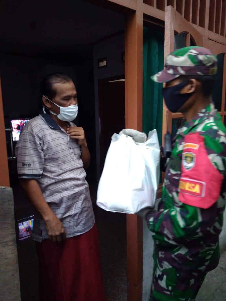 Dukung Keluarga Isolasi Mandiri Babinsa Pegangsaan Koramil 01/ Menteng Berikan Sembako
