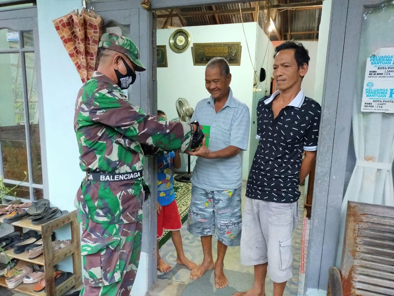 Terima Nasi Kotak dari TNI Abdul Majid Terharu