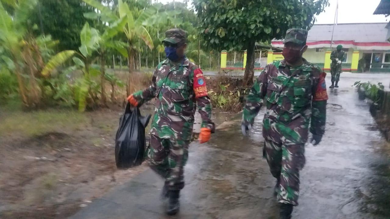 Bantu Pemkab Merauke Satgas 411 Kostrad Distribusikan Paket Sembako di Distrik Naukenjerai