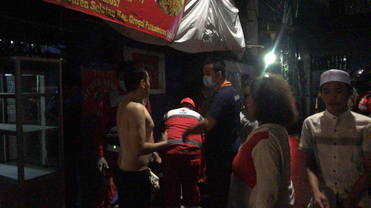Kebakaran di Tanjung Duren Selatan, Babinsa Koramil 03/GP Bantu Evakuasi