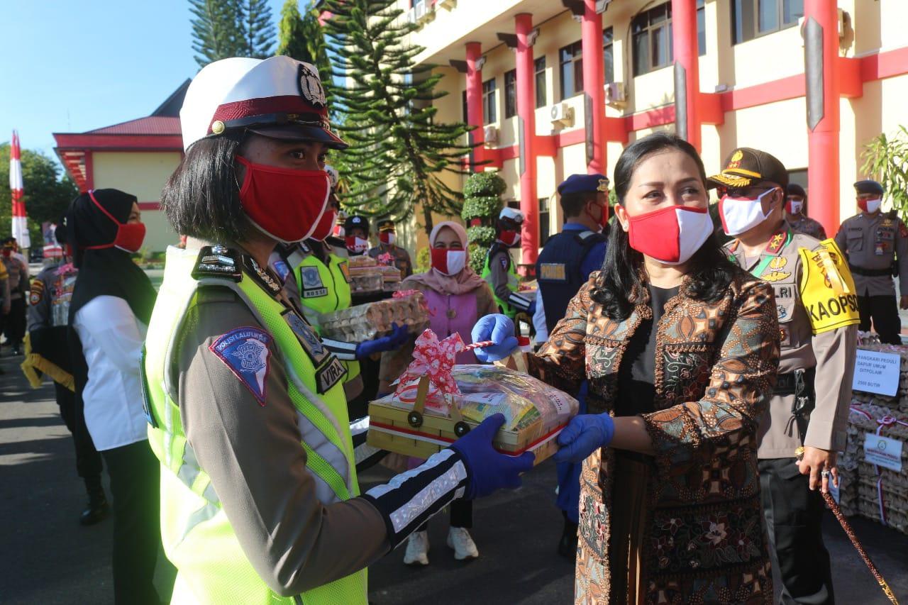 Ketua Bhayangkari Daerah Kalteng, Bagi Masker,Suplemen Dan 50 Ribu Butir Telur