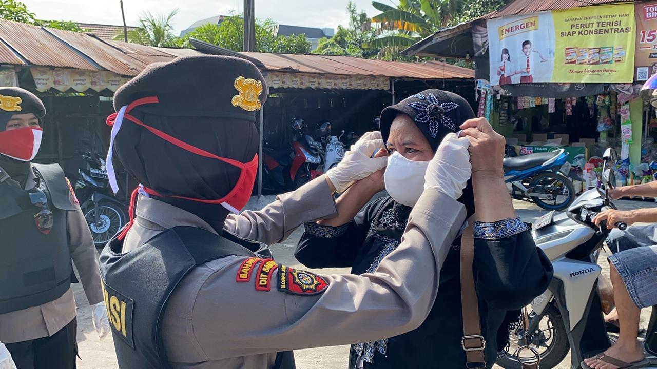 Cegah Covid-19, Srikandi Ditsamapta Polda Kalteng Bagikan Masker dan Imbau Warga di Pasar