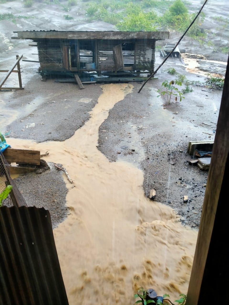 Limbah Lumpur Dari Garapan, Terjang Pemukiman Warga Pangkuh Kala Hujan.