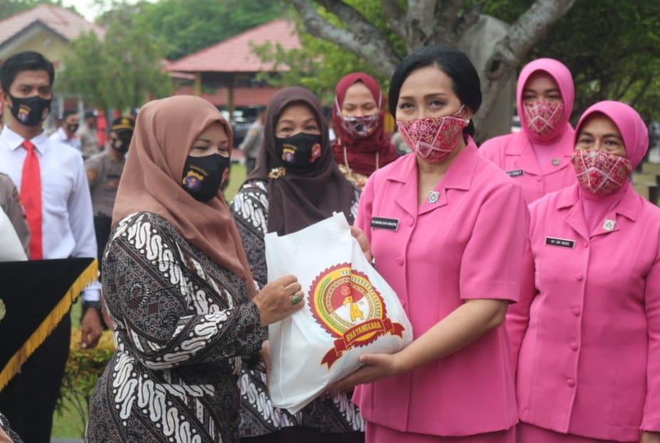 Sebagai Wujud Kerjasama Dari Perusahan Menyerahkan Bantuan Masker Dan APD Ke Polda Kalteng.