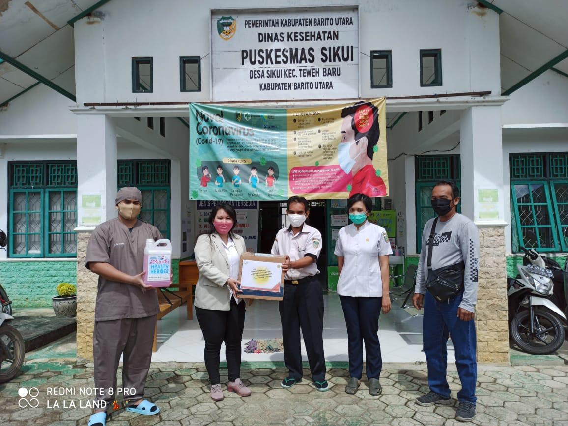 Mahasiswi PKL Akademi Analis Kesehatan Borneo Lestari Sumbangkan APD ke Puskesmas Sikui.