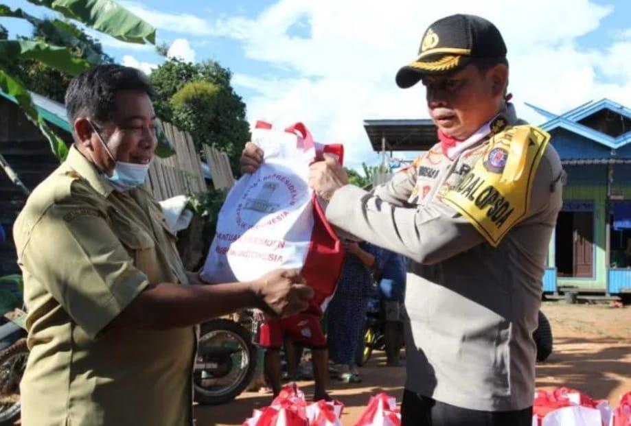 Giat: Kapolda Kalteng Bersama Jajarannya Tinjau Desa Banjir, Bantu 200 Paket Sembako.
