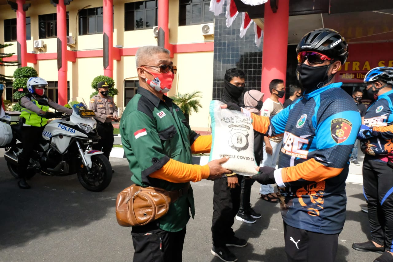 Sambil Bersepeda, Kapolda Kalteng Bagikan 100 Sembako ke Pedagang Kaki Lima