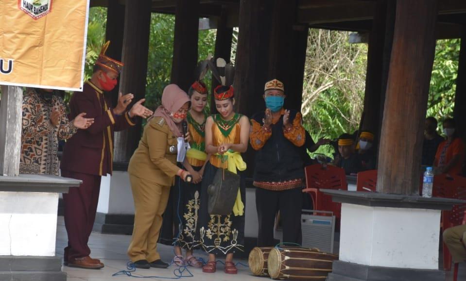 Camat Kapuas Kuala Inop beseta TP PKK Kecamatan dan Desa Program Pembangunan Desa