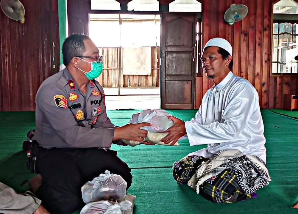 Dampak Covid-19, Polsek Pahandut Salurkan Bantuan Bagi Pengurus Masjid Nurul Huda