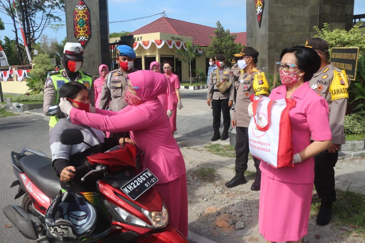 Peduli Masyarakat Di Tengah Pandemi, Polda Kalteng Bagikan 3000 Masker Dan 50 Paket Sembako
