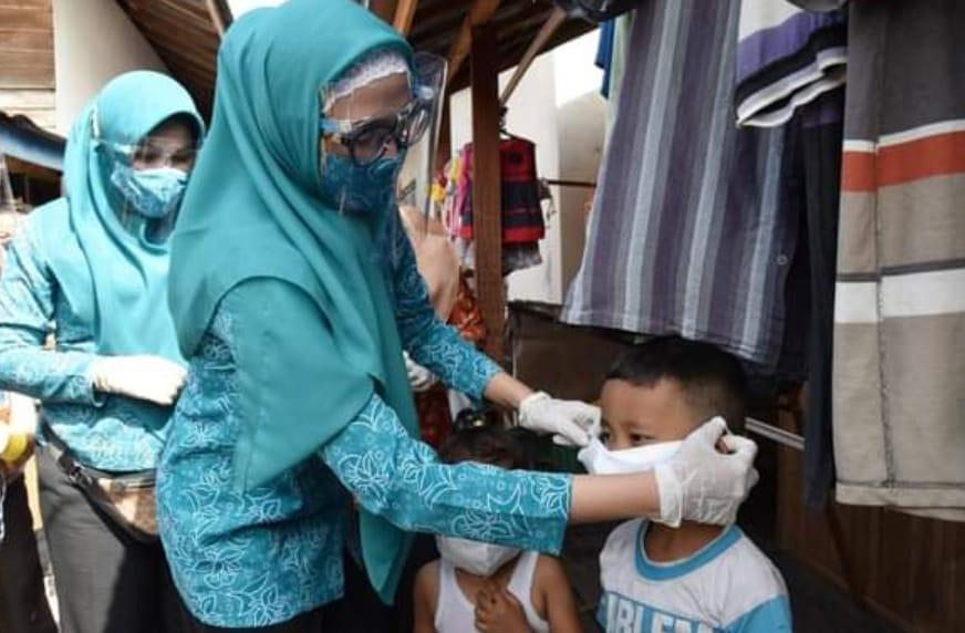 Ketua TP PKK Kalteng ibu Ivo Sugianto Sabran Jajaran PKK Bagi masker Perduli Kesehatan