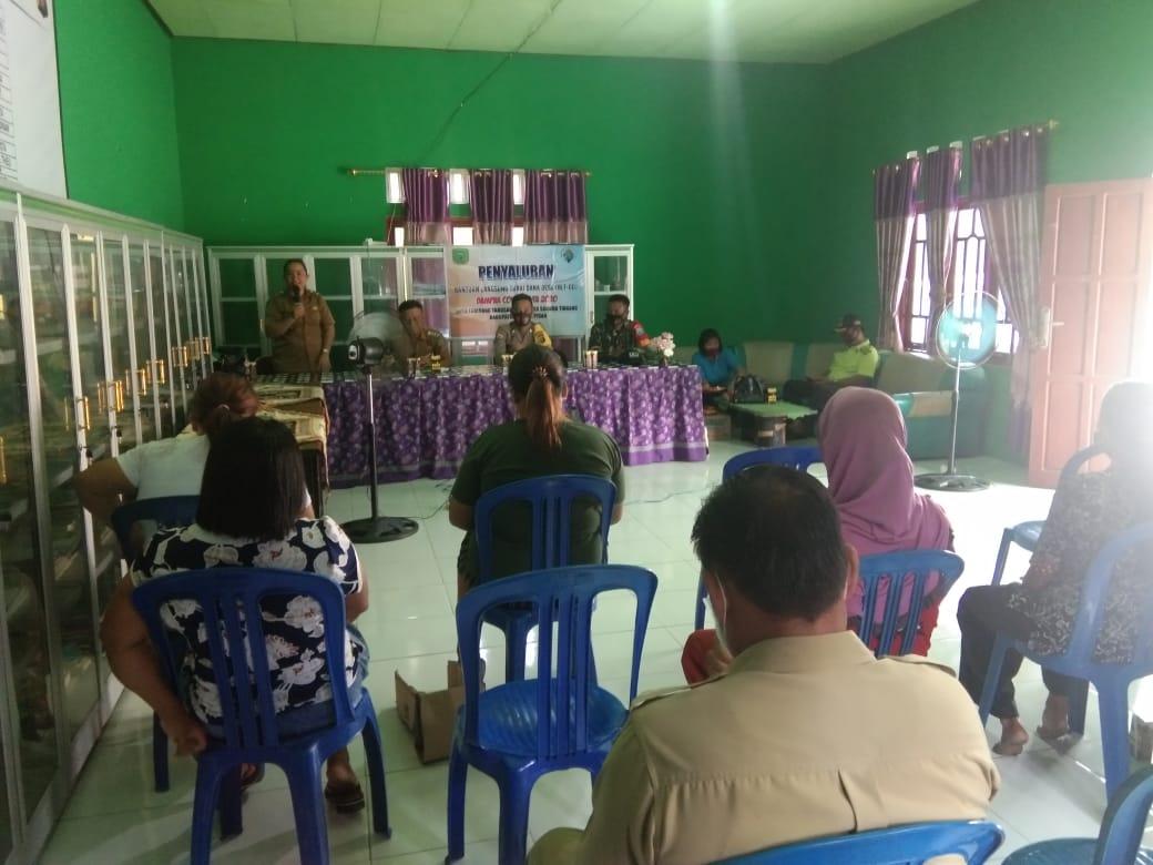 Personil Polsek Banama Tingang Mengawasi Kegiatan Penyaluran Bantuan Langsung Tunai Dana Desa (BLTDD)