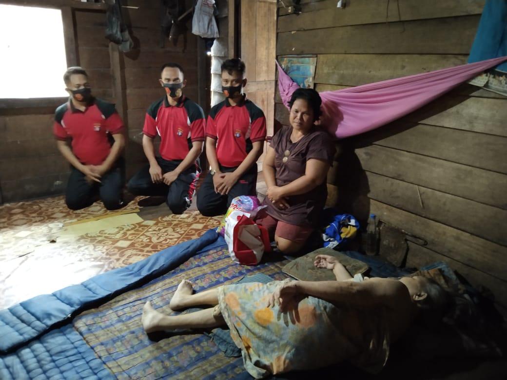 Polsek Banama Tingang Laksanakan Kegiatan Bakti Sosial Bantu Masyarakat Yang Kurang Mampu