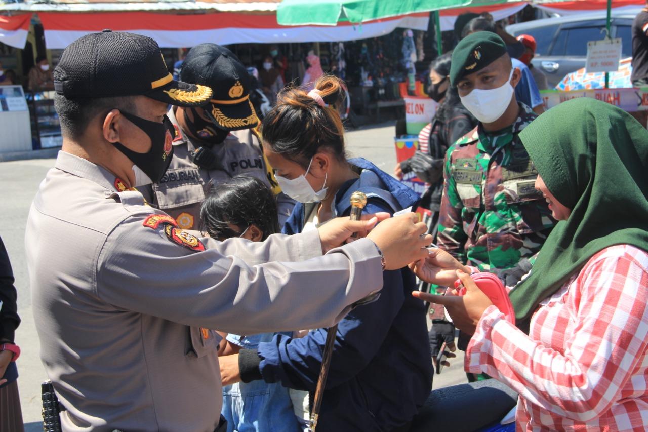Polres Kota Bersama Satgas Covid-19 Palangka Raya Bagikan Dan Kontrol Masker Di Pasar Besar