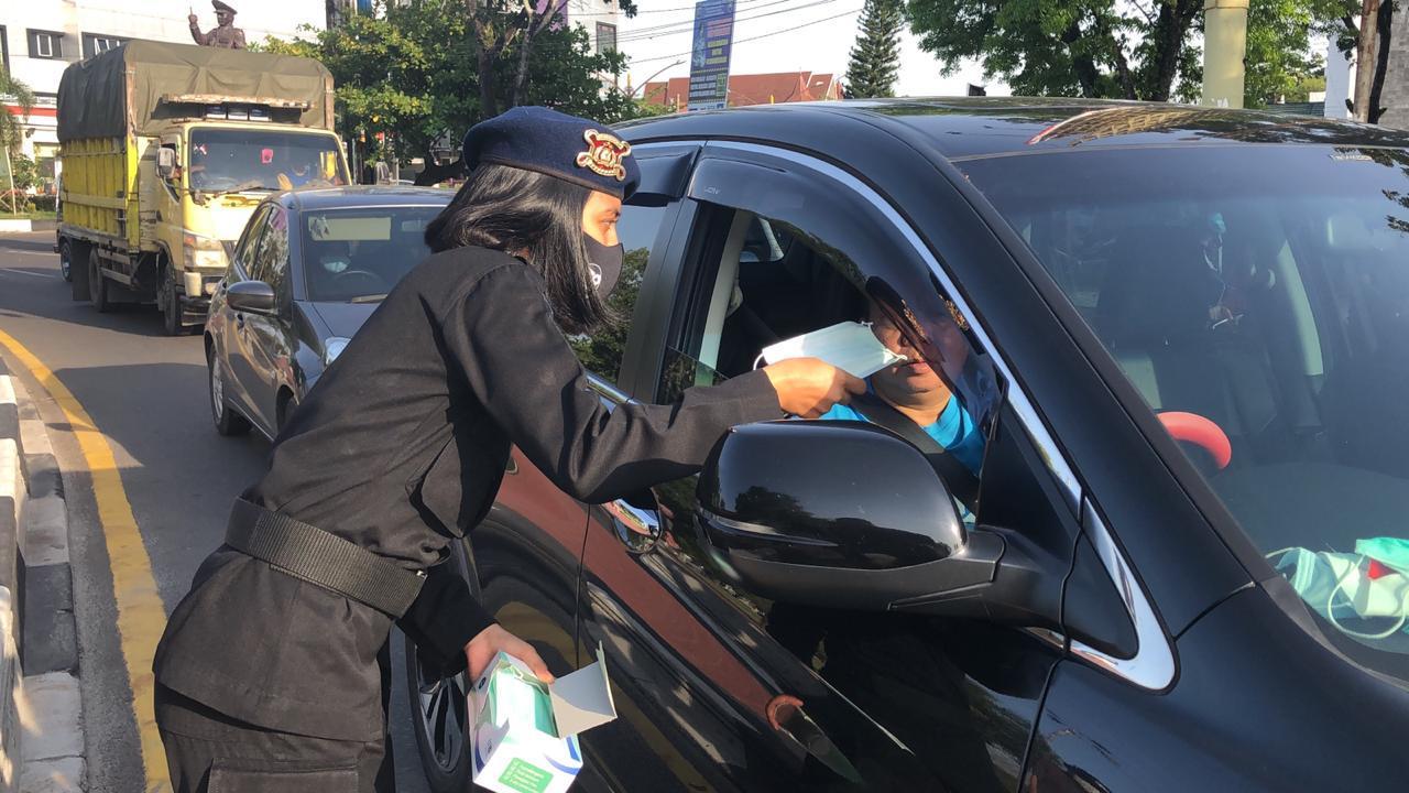 Peringati HUT TVRI, Brimob Kalteng Ikut Berpartisipasi Dalam Kegiatan Bagi Masker